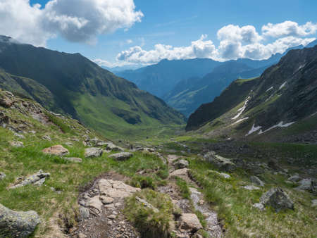 Beutiful green summer alpine mountain valley with winding river spring stream. Stubai hiking trail, Stubai Hohenweg at Tyrol, Austrian Alps 免版税图像