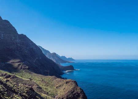 seascape view of cliffs and rocky atlantic coast in the north west of Gran Canaria. Road from Puerto de Las Nieves to Aldea de San Nicolas Foto de archivo