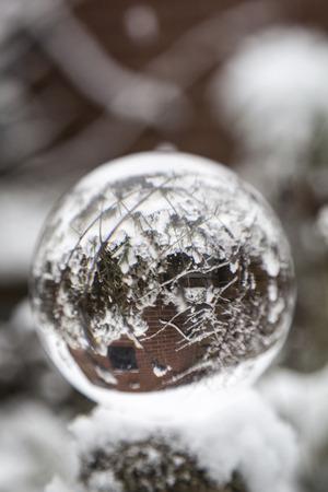 Kristallen Bol in Sneeuw Stockfoto