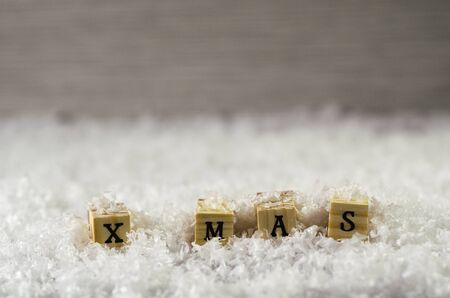 x mas word made of letters on wooden cubes on a snow background 3 Banque d'images - 138371741