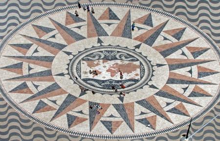 descubridor: Moisés delante del monumento Padrao dos Descobrimentos en Lisboa