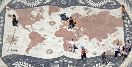 descubridor: Moisés delante del monumento Padrao dos Descobrimentos en Lisboa 01