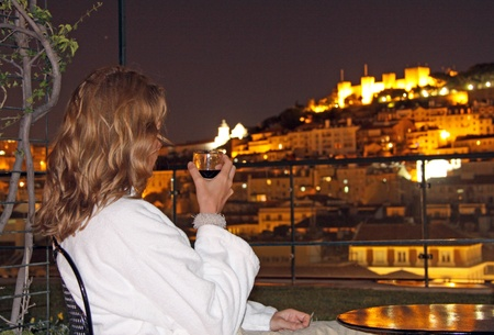 attraktion: Relaxed evening with view to the Castelo de Sao Jorge (Lisbon)