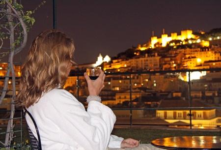 chiado: Relaxed evening with view to the Castelo de Sao Jorge (Lisbon)