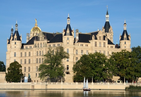 attraktion: Sailing boat in front of the old castle of Schwerin (Germany)
