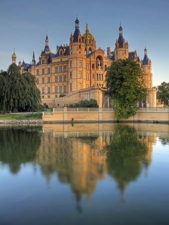 ferien: Castle of Schwerin in evening dawn
