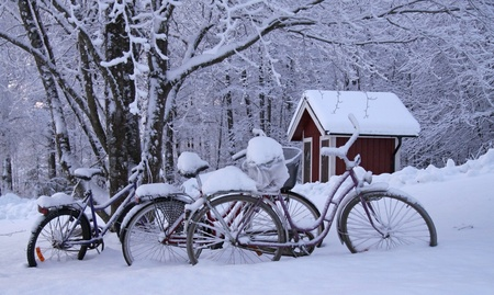 ferien: Bicycles in the snow Stock Photo