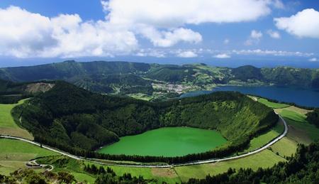Blick auf den Kratersee Lagoa de Santiago in Sao Miguel (Azoren)
