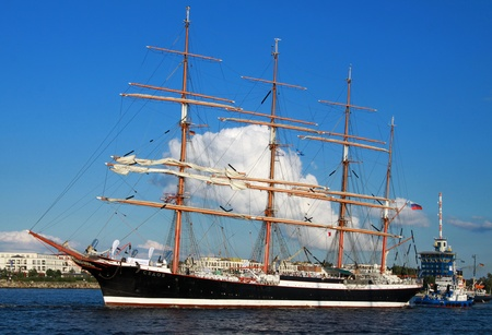 PORT WARNEMÜNDE, GERMANY - AUGUST 13: Evening cruise of the old Russian Sailing ship SEDOV on August 13, 2011 during the 21st annual Hanse-Sail event in Port Warnemunde, Germany 新聞圖片