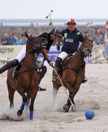 WARNEMÜNDE, GERMANY - MAY 22: Hugo Iturraspe and Comanche Gallardo compete in the semifinal of 1. Beach Polo Baltic Cup Warnemünde at the beach of Warnemünde, Germany on May 22, 2011 新聞圖片
