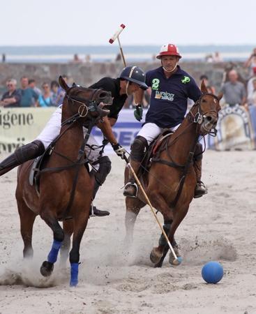 """WARNEMNDE, DEUTSCHLAND - 22. MAI: Hugo Iturraspe und Comanche Gallardo im Halbfinale """". 1 Beach Polo Ostsee Cup Warnemnde"""" am Strand von Warnemnde, Deutschland konkurrieren 22. Mai 2011 Standard-Bild - 12572742"""