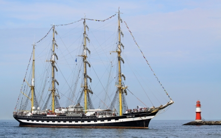 yachtsman: PORT WARNEM�NDE, GERMANY - AUGUST 10  Old russian Sailing ship  Kruzenstern  arrived at port on August 10, 2013 in the scope of the 23   Hanse-Sail  - Rostock-Warnem�nde  Mecklenburg-Vorpommern, Germany   Editorial