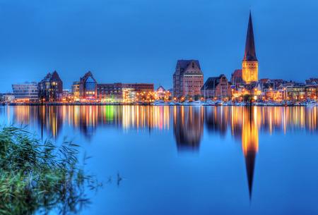 Stadthafen von Rostock bei Nacht Standard-Bild - 30840701