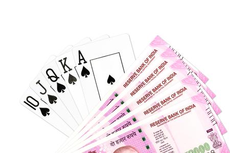 스페이드와 2000 인도 루피 지폐 포커 손 로얄 플러시 흰색 배경에 고립