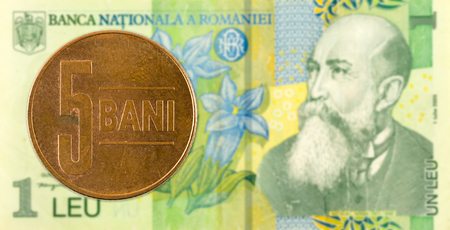 5 romanian bani coin against 1 romanian leu bank note Foto de archivo
