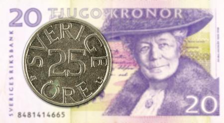 25 swedish oere coin against 20 swedish krona bank note Foto de archivo - 127274530