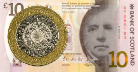 2 Pounds coin against 10 Pounds Sterling note issued by Bank of Scotland reverse Archivio Fotografico