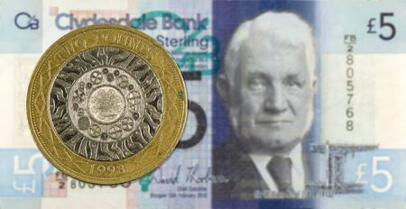2 Pounds coin against 5 Pounds Sterling note issued by Clydesdale Bank PLC reverse Imagens