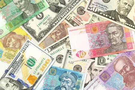 Algunos billetes de hryvnia ucraniana y billetes de dólar americano mezclados indicando relaciones económicas bilaterales