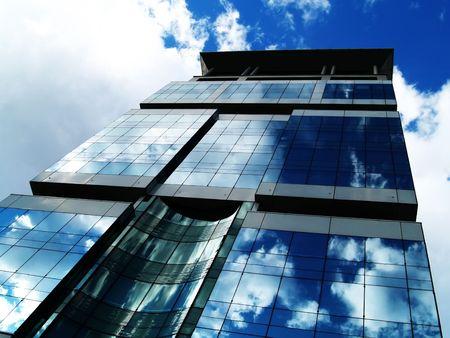 workspaces: Cielo azul del excedente del edificio de oficinas