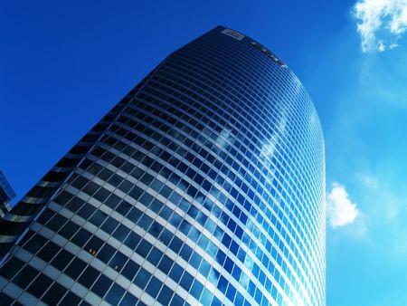 workspaces: Edificio de oficinas m�s de cielo azul