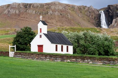 Veel van de kerken van IJsland zijn verspreid over het eiland in afgelegen plaatsen. Sommige zijn zelfs aan de voet van de vulkanen. Stockfoto