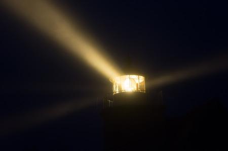 Lichtstralen van de vuurtoren van Mon, een Deense eiland Stockfoto