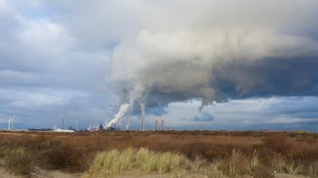 Industrie in Nederland, dit is een staalbedrijf in Wijk aan Zee Stockfoto - 54262623