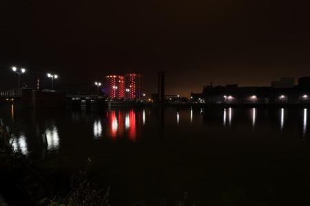 左に新しい橋を夜砂糖都市 (従前居住者用砂糖工場)。