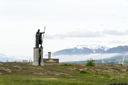 Helgi Magri Eyvindarson and his wife, statue on Brekkugata, Akureyri, northern Iceland, Europe