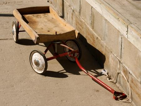 pull toy: , Poco, carro de madera vintage, símbolo de la infancia