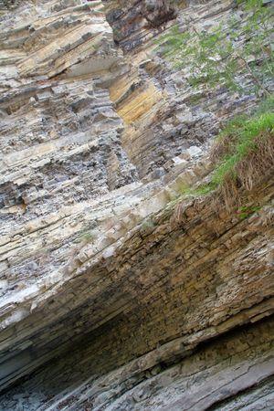 strata: gola di montagna del muro costituito da strati di roccia
