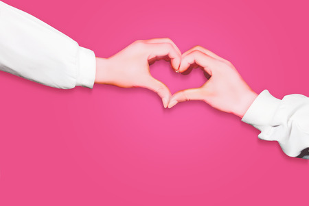 腕の長い白い袖を身に着けているピンクの背景に分離されたハートの形の手 写真素材