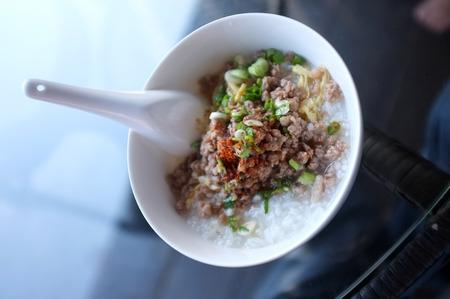 carne picada: Arroz hervido suave con carne de cerdo picada, Congee Foto de archivo