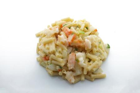 queso blanco: Macarrones, pasta con queso blanco, camarones, palo de cangrejo y cebolla Foto de archivo