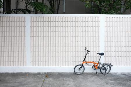 壁の前にオレンジ色の自転車公園