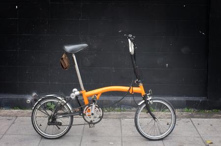 A Orange Brompton folding bicycle Stockfoto