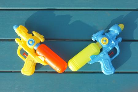 Wasserpistole aus Kunststoff. Konzept Songkran Festival: Thailändisches Wasserfestival