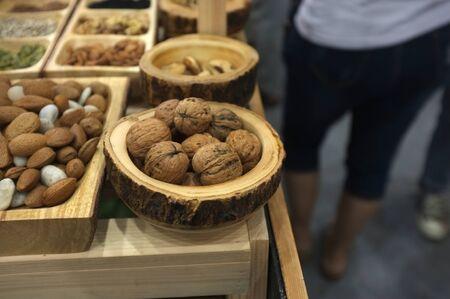 Walnuts in wooden bowl. Stockfoto