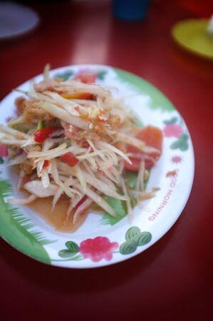 Papaya Salad (Som tum Thai) on Red table Zdjęcie Seryjne