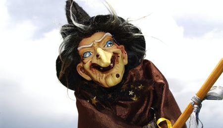 Gros plan d'une sorcière dans un chapeau noir avec un fond de nuage orageux Banque d'images - 6009938