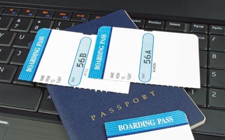 agencia de viajes: ordenador y el pasaporte y tarjetas de embarque