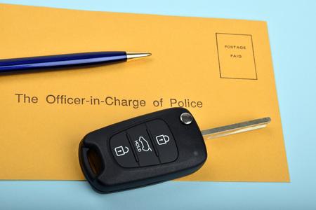 Clé de voiture et de l'enveloppe de la correspondance de la police Banque d'images - 61037684