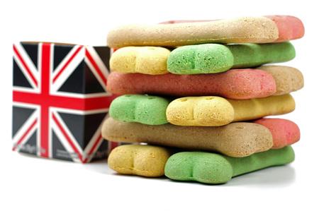 Boîte britannique et une pile de friandises pour chiens Banque d'images - 61879176