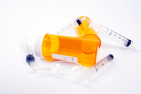 medical syringes and plastic pill containers Banque d'images - 105110998