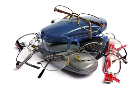 old reading glasses and glass cases in a pile Banque d'images - 103596373