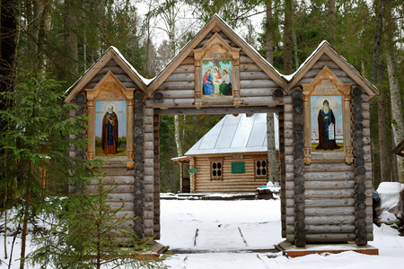 pila bautismal: puertas de madera - entrada es la pila bautismal en el monasterio Nikandrova Pustyn en la región de Pskov Foto de archivo