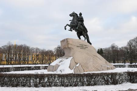 """uomo a cavallo: Monumento a Pietro il Grande """"il cavaliere di bronzo"""" in inverno a San Pietroburgo"""