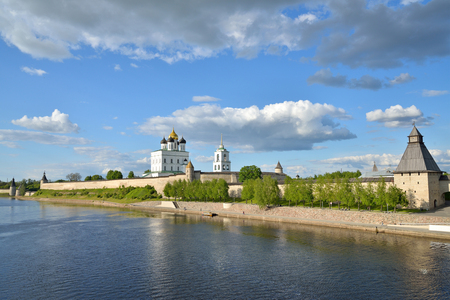 tilo: View of Trinity Cathedral, fortress tower with Olginsky bridge over the river Great in Pskov Foto de archivo