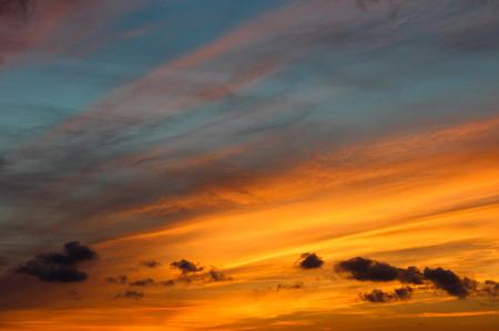 深い青色の縞と鮮やかな夕焼け
